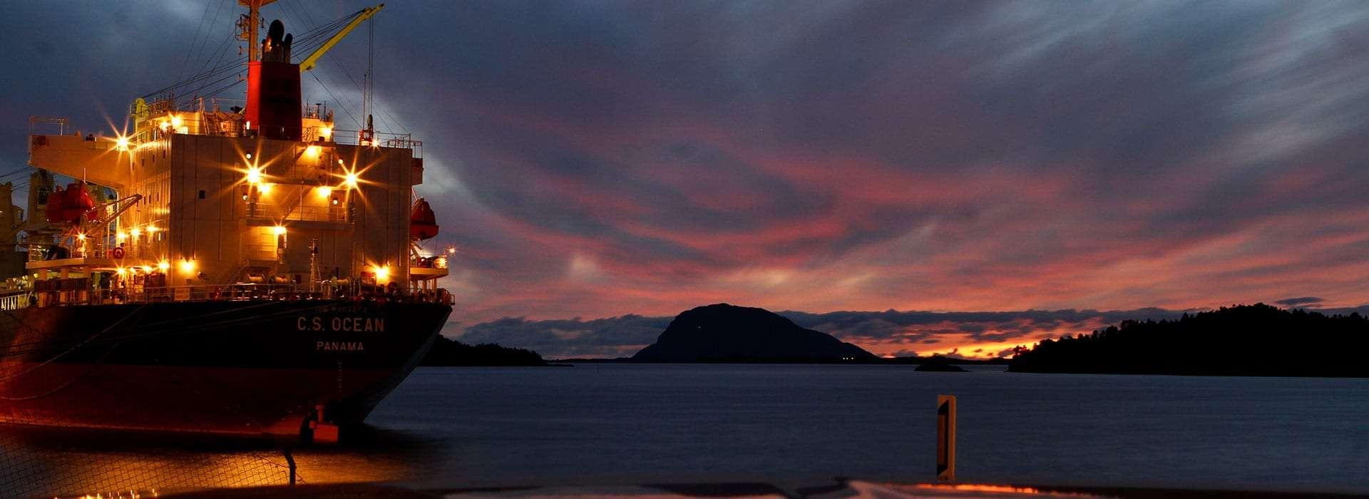 Skip i solnedgang. Foto.