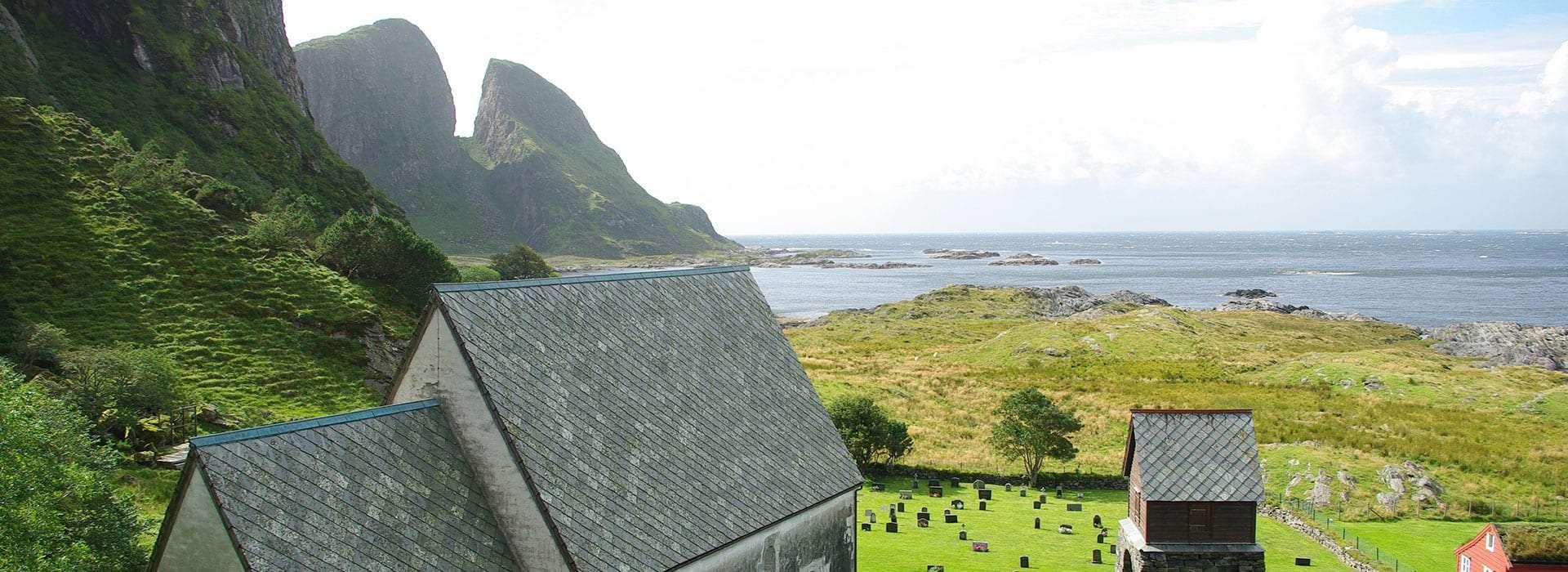 Kinn kyrkje med Kinnaklova i bakgrunnen. Foto.