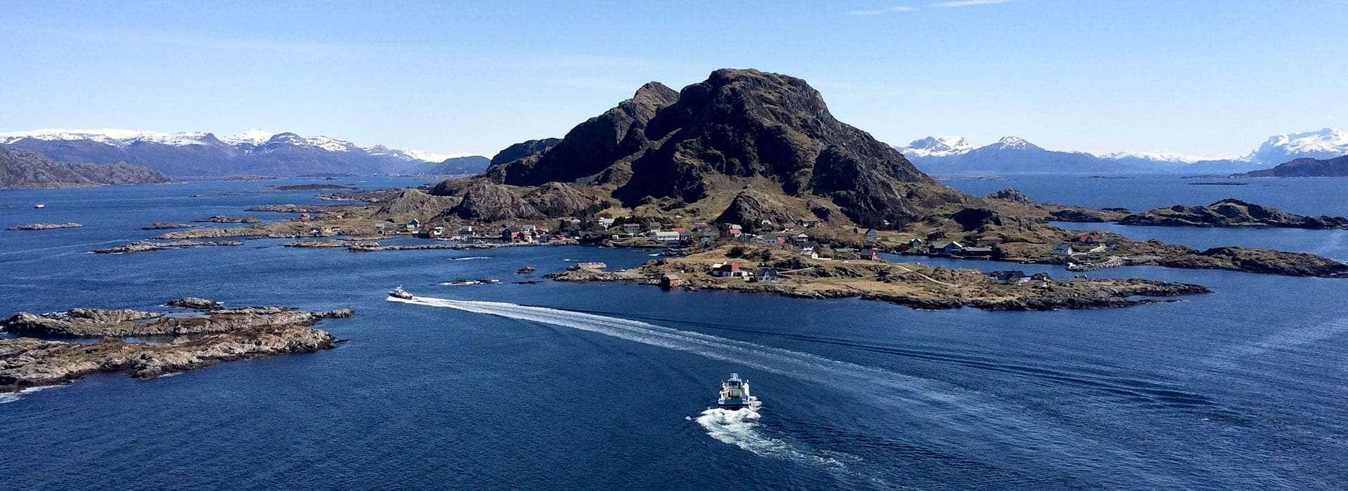 Båt køyrer mellom øyane. Foto.
